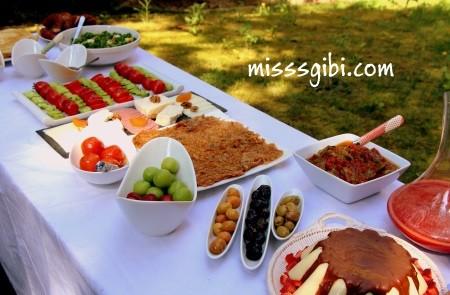 bahçede kahvaltı