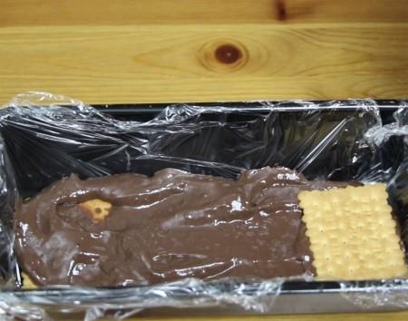 bisküvili pudingli pastanın kalıba yerleştirilmesi