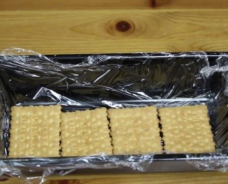 Pudingli pastanın bisküvileri kalıba diziliyor
